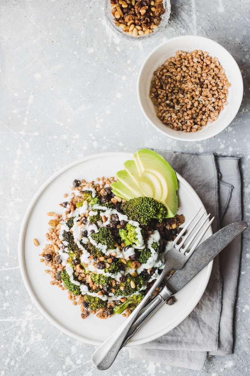 Insalata autunnale di grano saraceno, broccoli arrostiti, ceci neri e salsa al gorgonzola