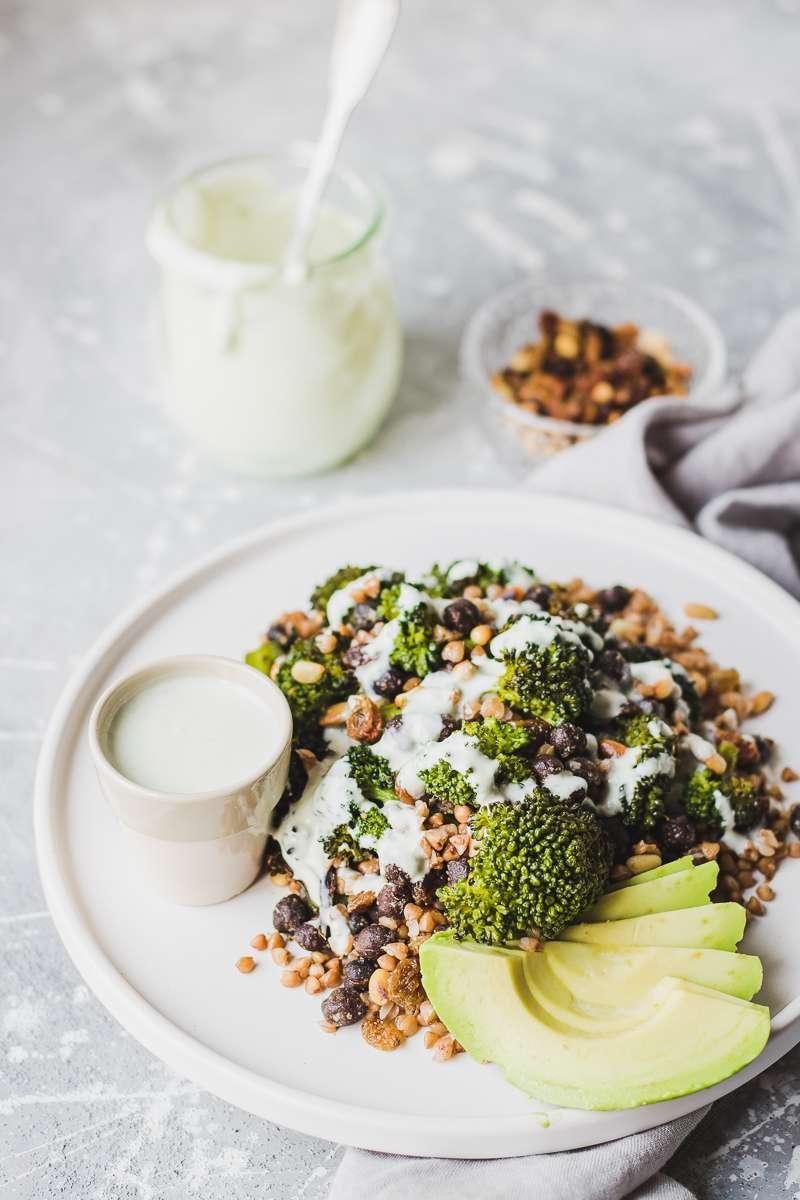Insalata di grano saraceno e broccoli con salsa al gorgonzola