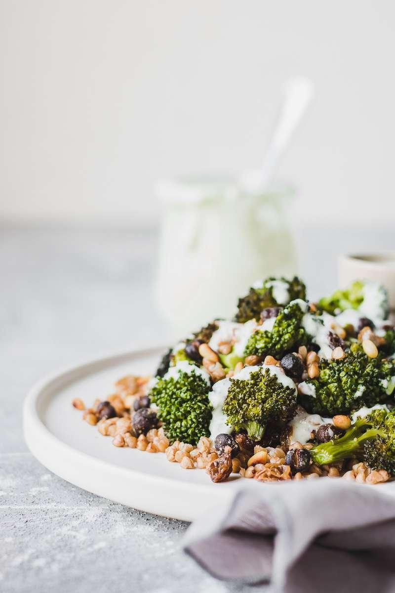 Insalata di grano saraceno e broccoli, con ceci neri e salsa al gorgonzola | gluten free - vegetariano