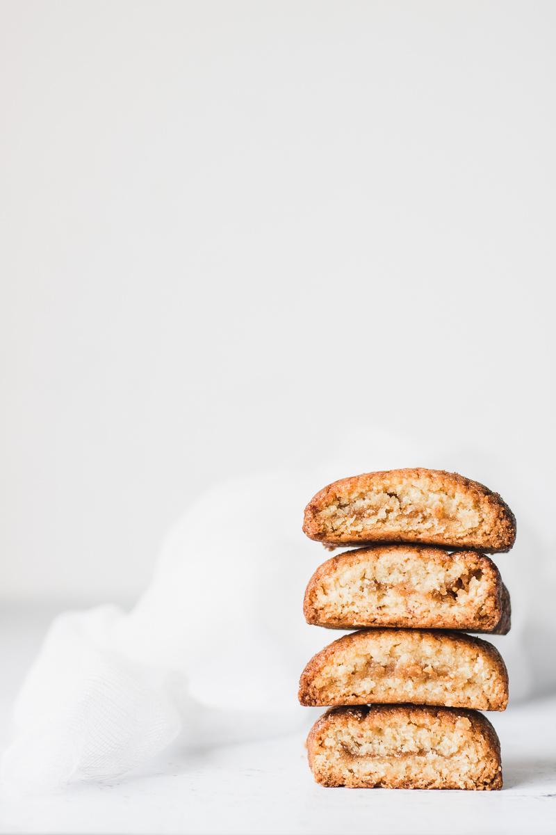 Pila di biscotti ripieni ai fichi senza zucchero senza glutine senza burro