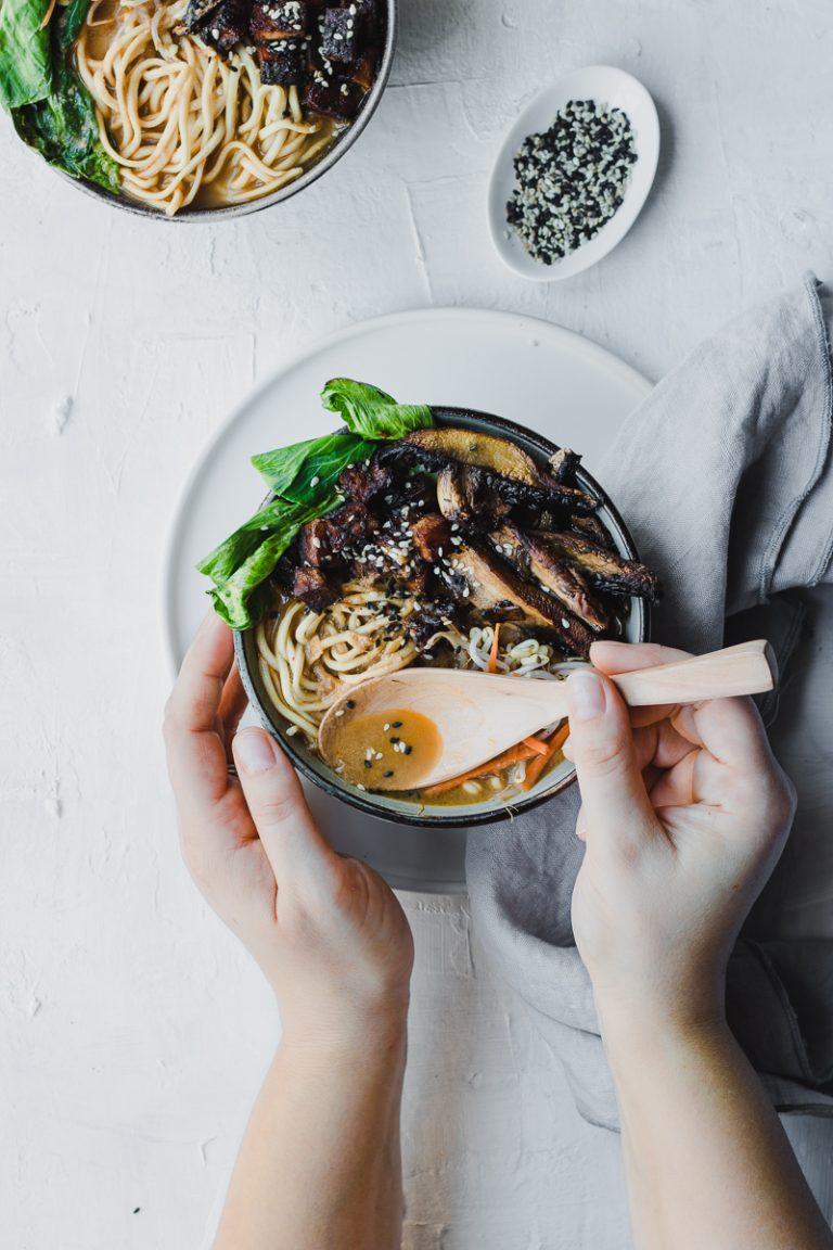 Zuppa di miso vegana con tofu verdure e noodle