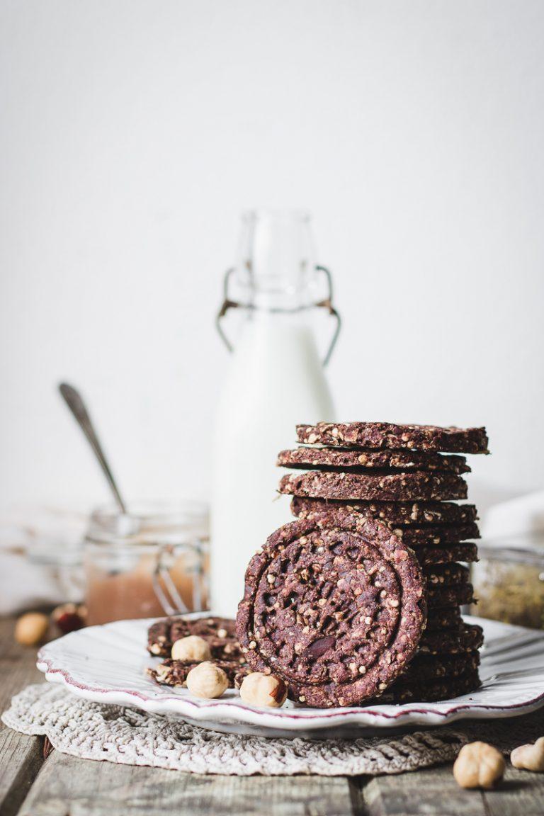 Pila di biscotti vegani al cioccolato con quinoa soffiata, latte e marmellata di marroni