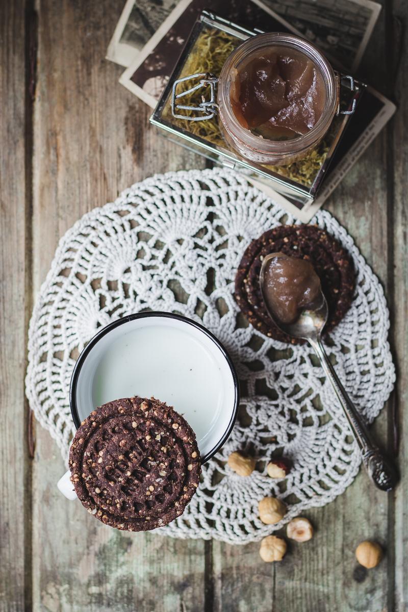 biscotti vegani al cioccolato con quinoa soffiata, latte e marmellata di marroni