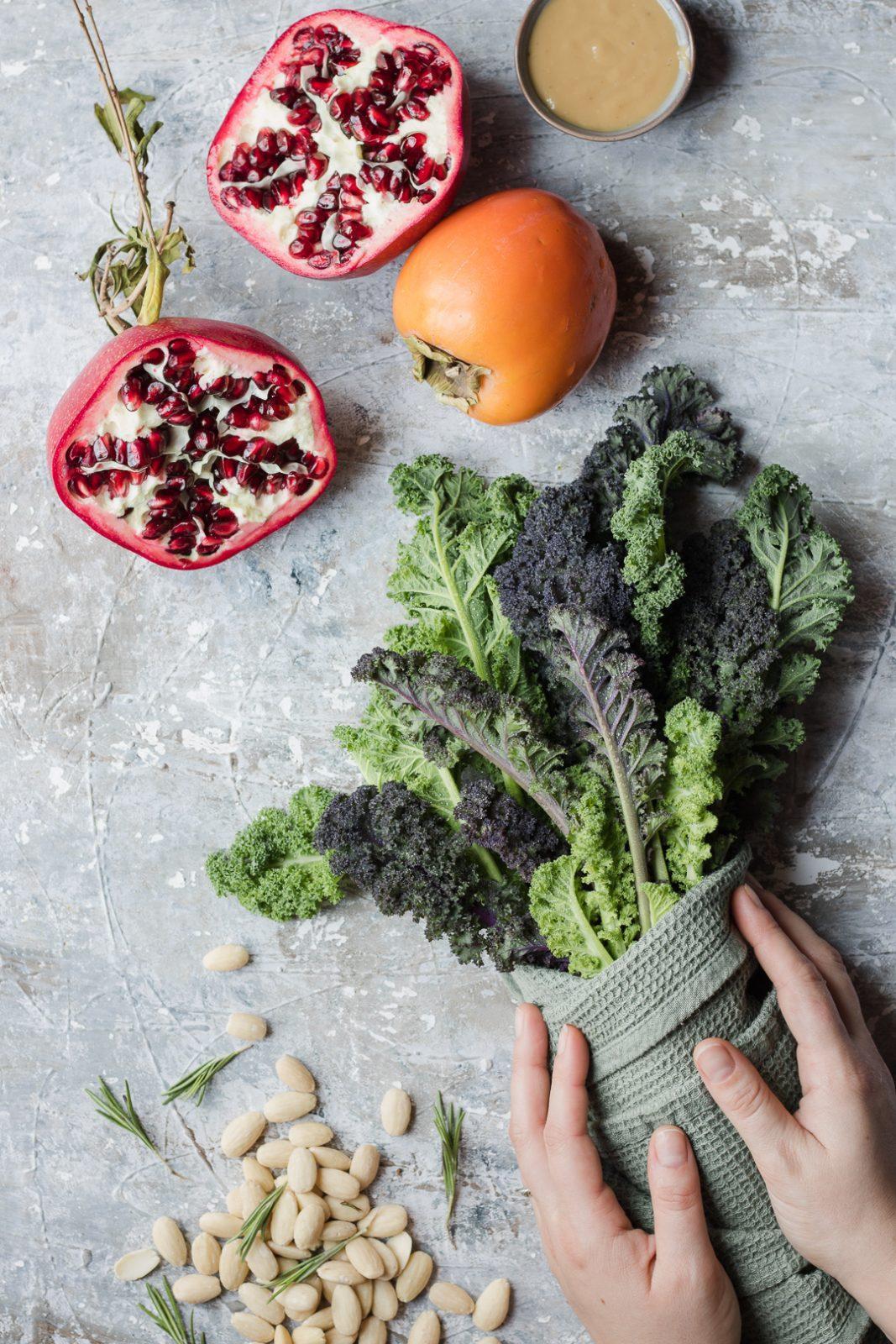 Kale, melograno, caco mela e mandorle