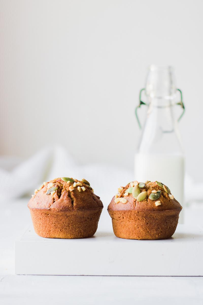 Muffin alla zucca ripieni di cream cheese , con bottiglietta di latte