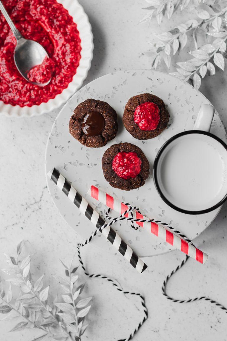 Biscotti thumbprint al cioccolato e composta di lamponi, senza glutine e senza zucchero