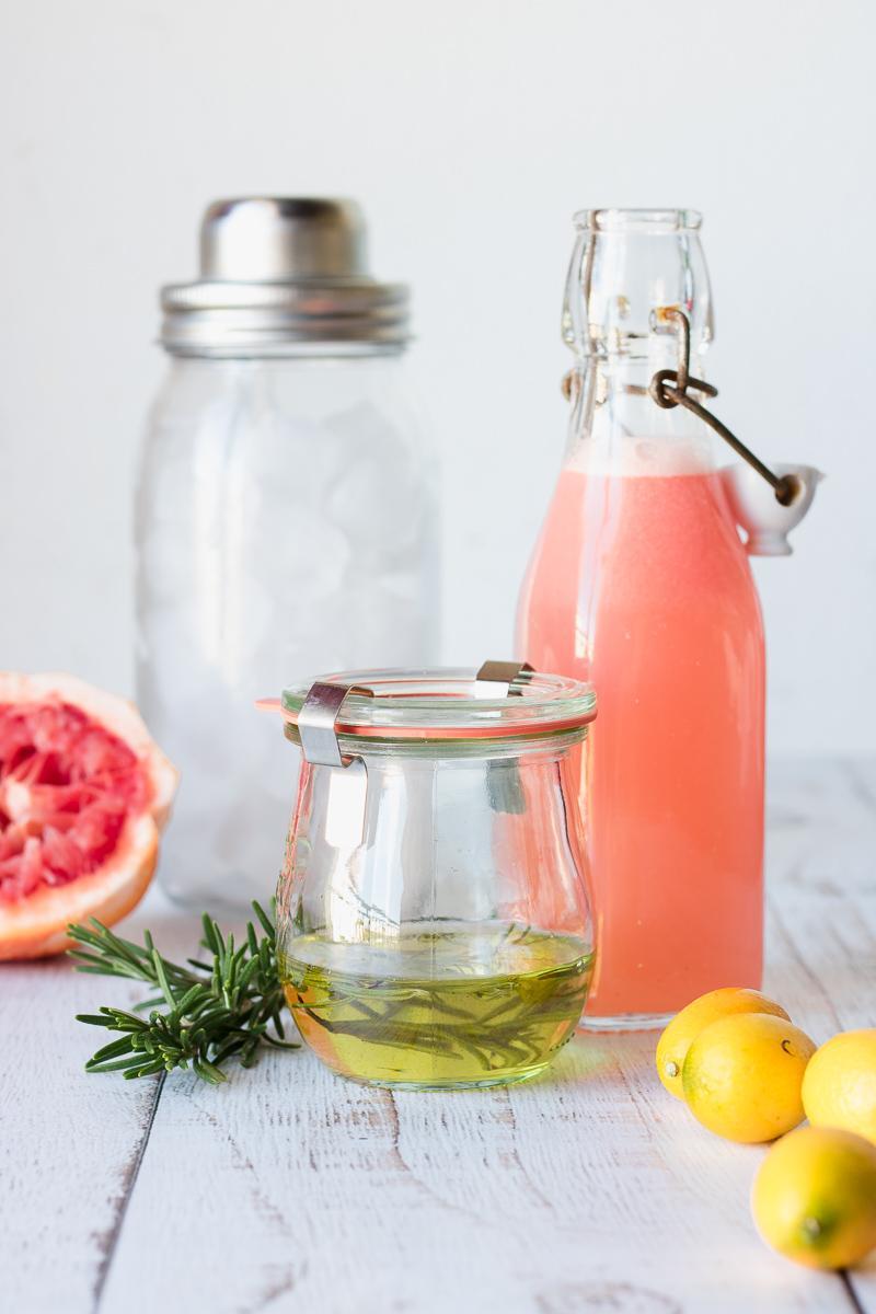 Ingredienti per gin fizz al pompelmo e rosmarino con opzione analcolica