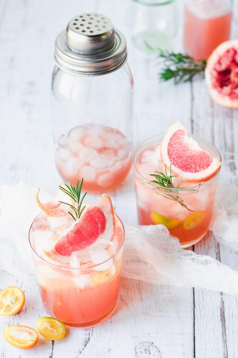 Gin fizz al pompelmo e rosmarino con opzione analcolica