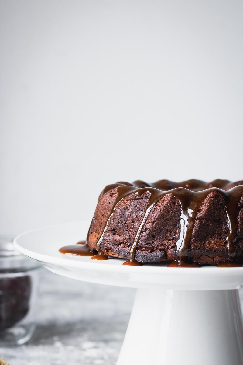 Sticky toffee pudding senza zucchero e latticini con caramello vegano