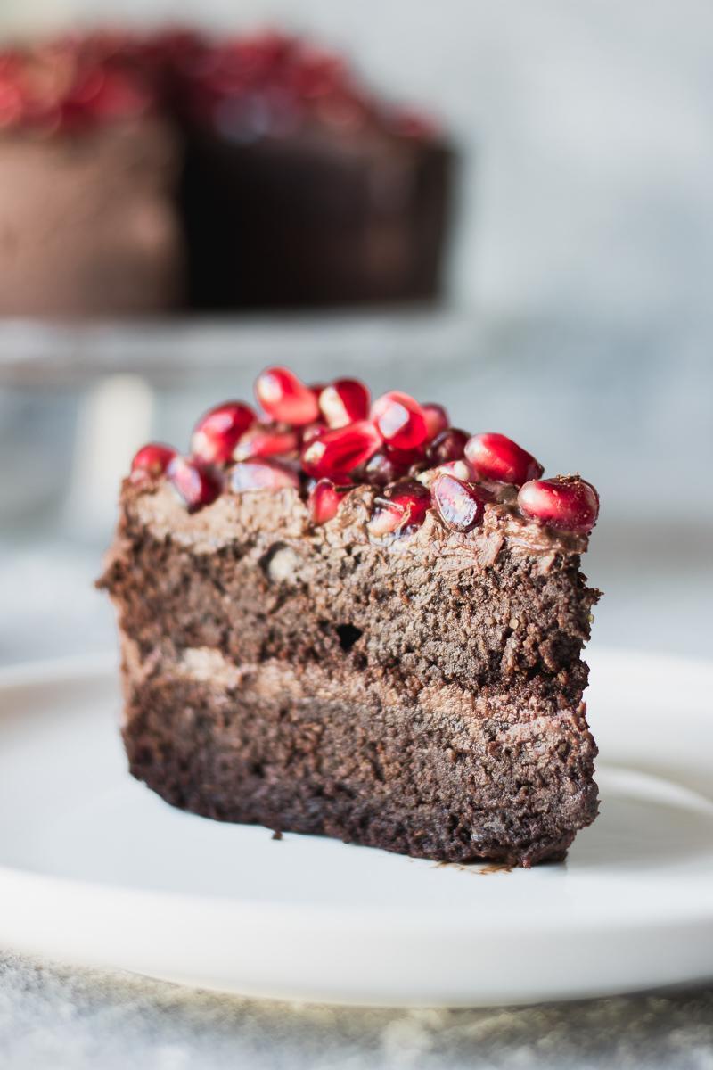Fetta di torta di compleanno al cioccolato senza glutine, senza zucchero e senza latticini, grain free, low carb