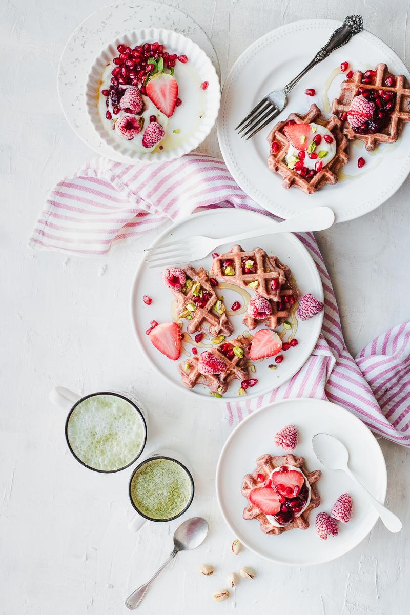 Waffle rosa per la colazione di San Valentino