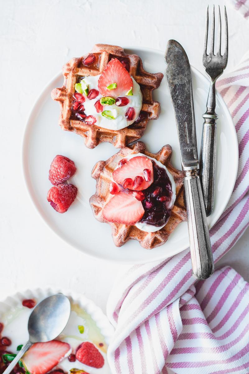 Waffle rosa con frutti rossi