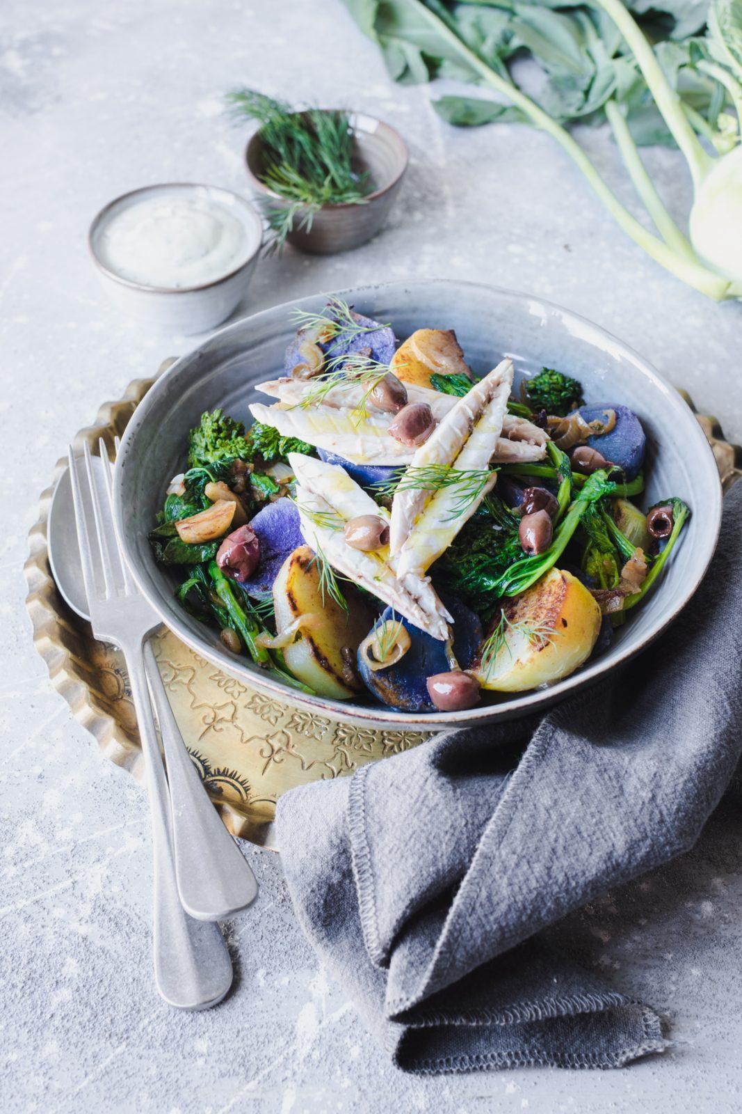 Insalata di sgombro in crosta di sale e patate viola con cime di rapa e cavolo rapa