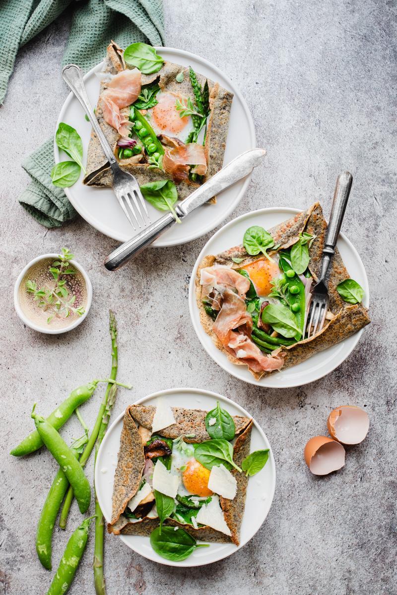 Tre galette bretonne di grano saraceno con verdura, uova e prosciutto crudo