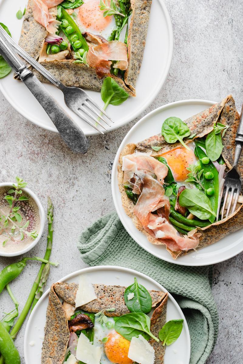 Due galette bretonne di grano saraceno con verdura, uova e prosciutto crudo