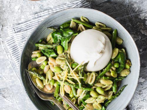 Pasta fredda vegetariana con asparagi e piselli, pesto al limone e burrata