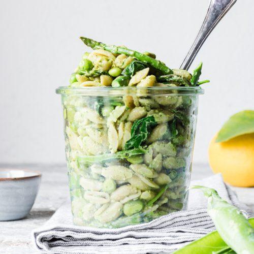 Insalata di pasta con verdure primaverili con pesto al limone in un barattolo perfetta per il picnic di pasquetta