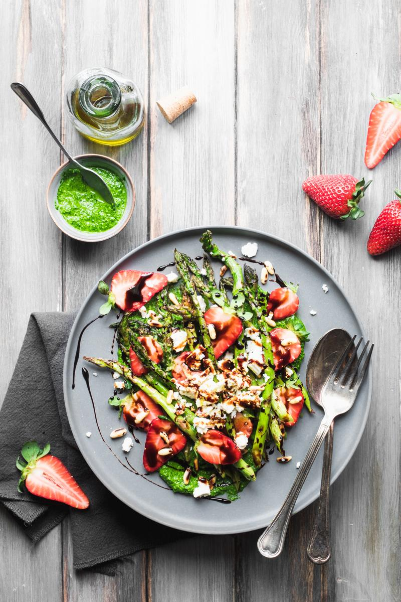 Strawberries and grilled asparagus salad with raw spinach pesto