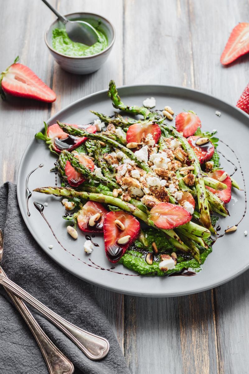 Insalata di fragole e asparagi grigliati con pesto di spinaci