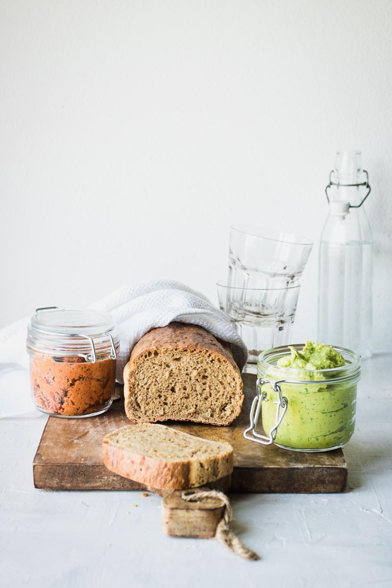 Pane di segale senza impasto con hummus di piselli e patè di pomodori secchi