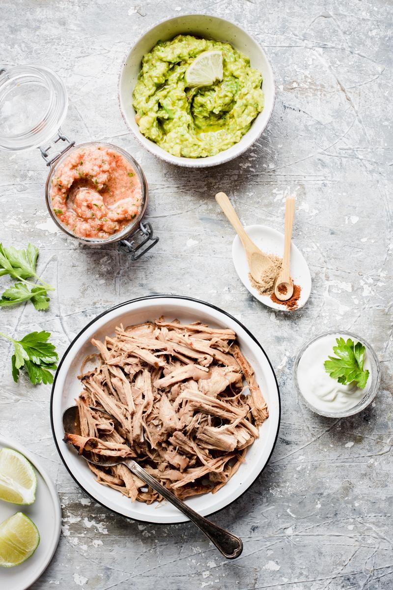 Ciotola di salsa messicana, di carnitas pronte e di guacamole