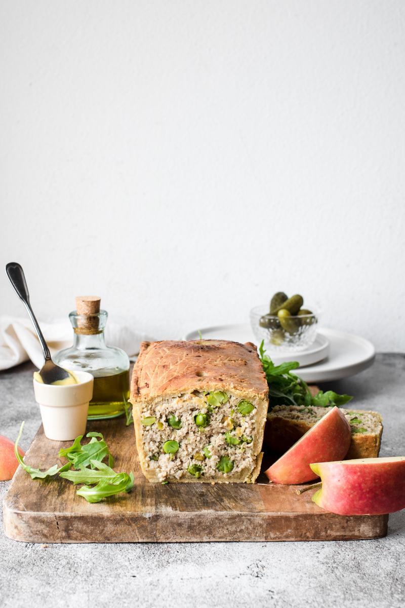 Terrina di maiale in crosta con piselli e pistacchi
