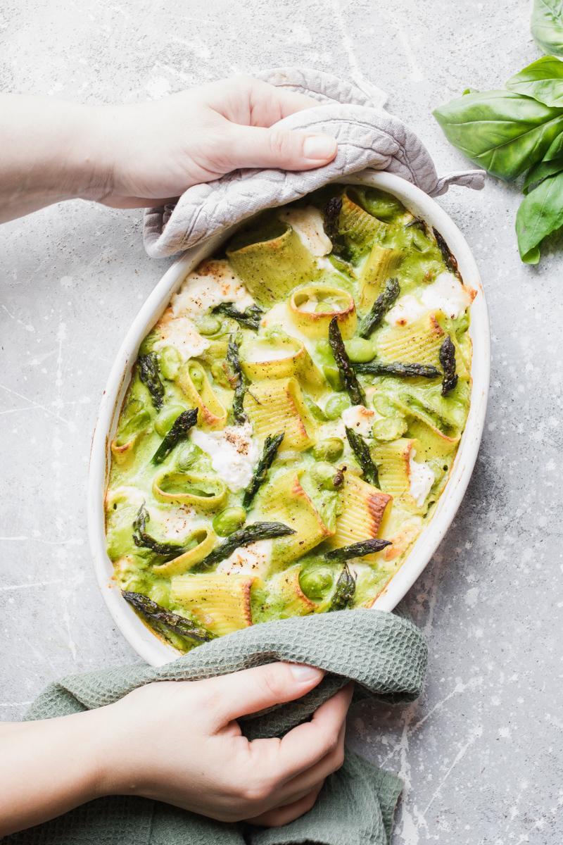 Pasta al forno agli asparagi con fave e burrata affumicata appena uscita dal forno