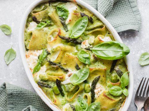 pasta al forno agli asparagi, fave, basilico e burrata affumicata