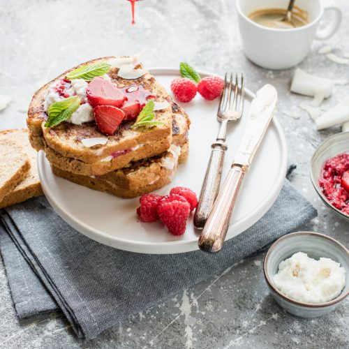 Pila di french toast ripieni di ricotta con frutti rossi arrostiti
