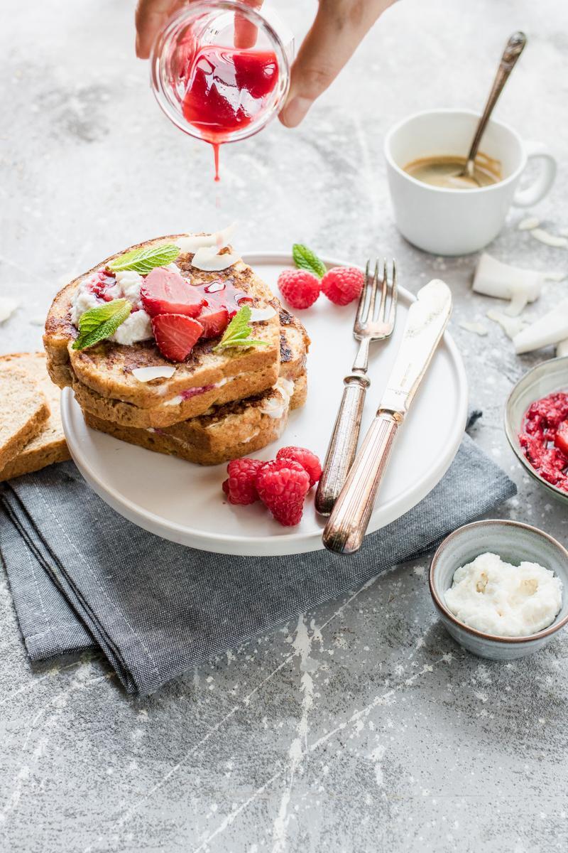 French toast ripieni di ricotta con frutti rossi e cocco