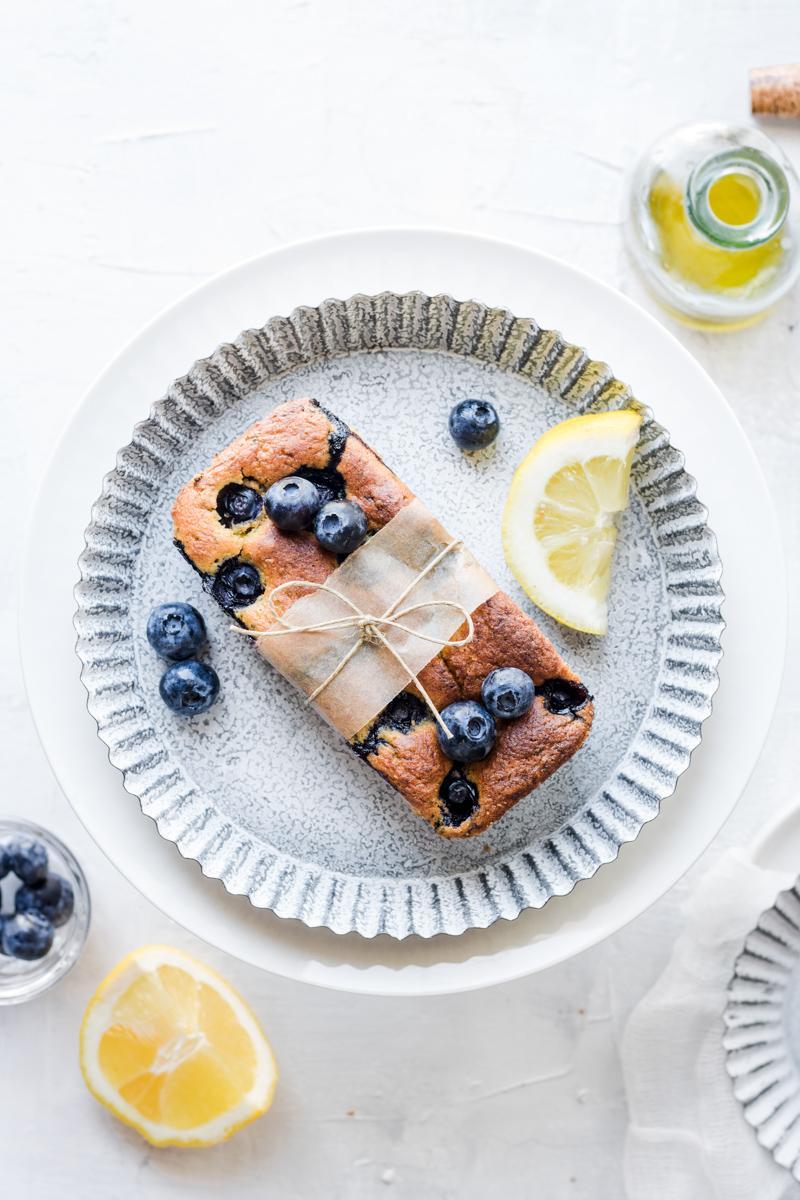 Mini plumcake ai mirtilli e limone su un vassoio bianco