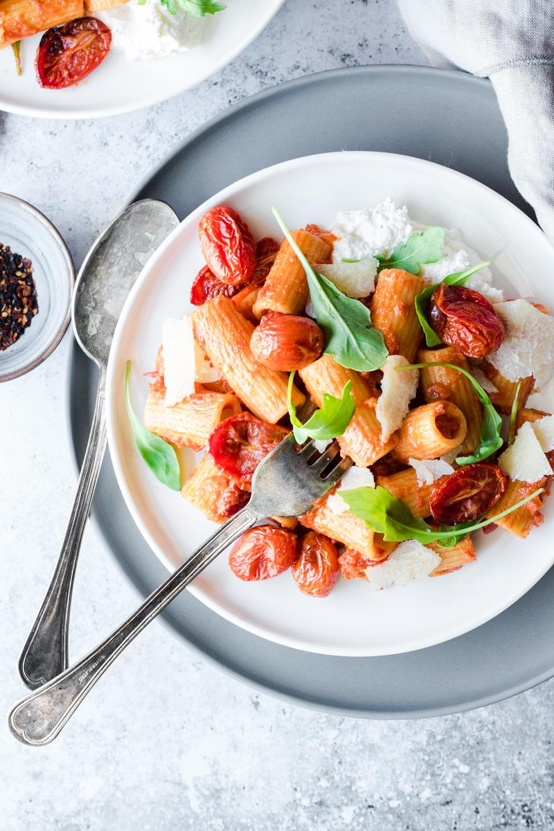 Piatto di finta pasta all'amatriciana vegetariana con rucola pomdorini parmigiano e ricotta