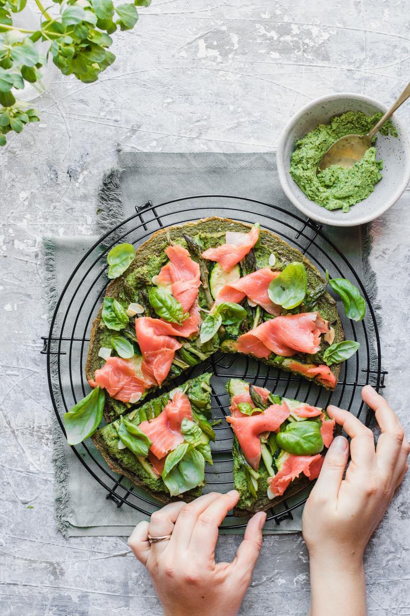 Green socca con verdure, pesto di broccoli e salmone