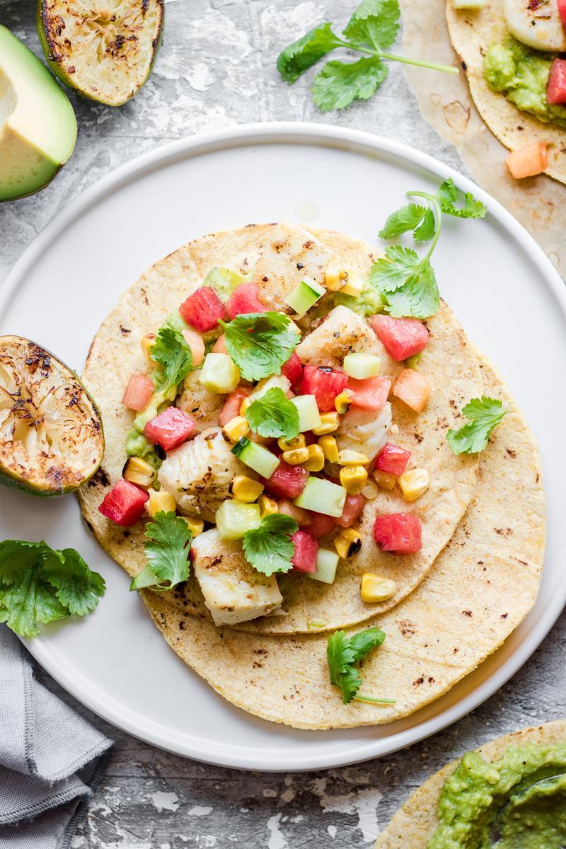 Tacos aperto di pesce con salsa e coriandolo fresco e lime