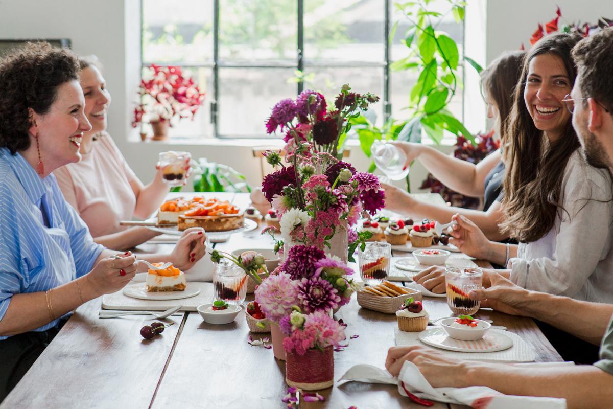 Amici che mangiano a un tavolo