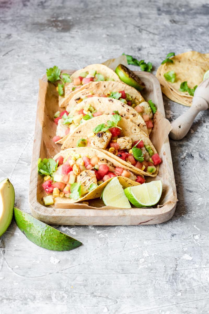 Vassoio di tacos di pesce con salsa di anguria, mais e melone