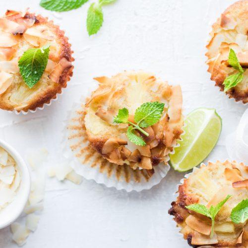 Muffin al cocco e ananas visti dall'alto con fetta di lime e foglie di menta