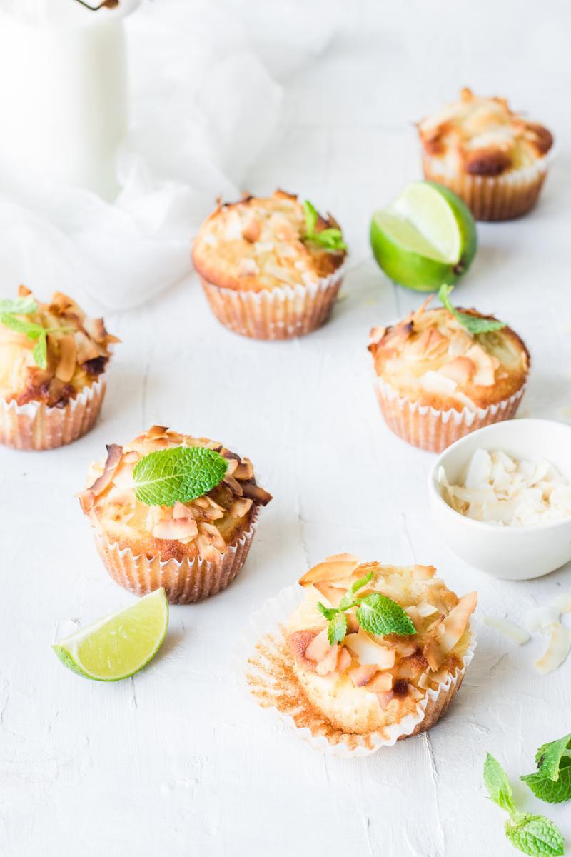 muffin morbidissimi senza zucchero e senza burro con chips di cocco e foglie di menta