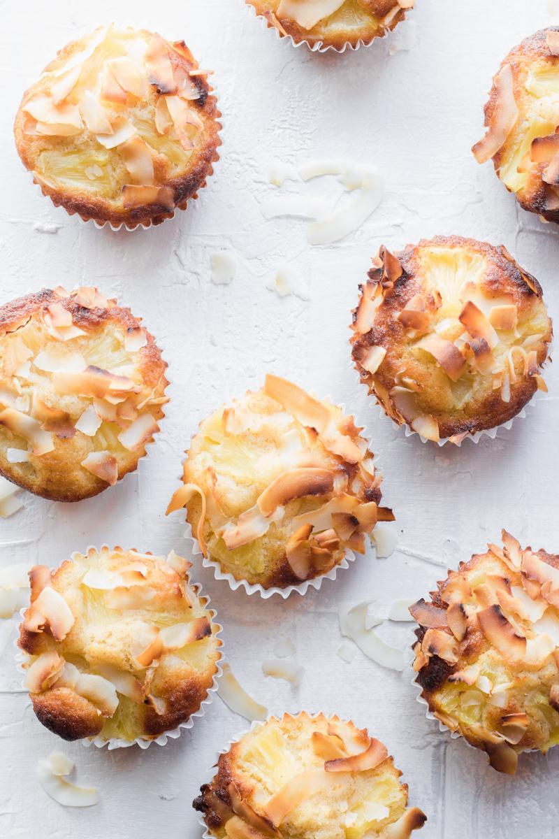 nove muffin visti dall'alto decorati con chips di cocco