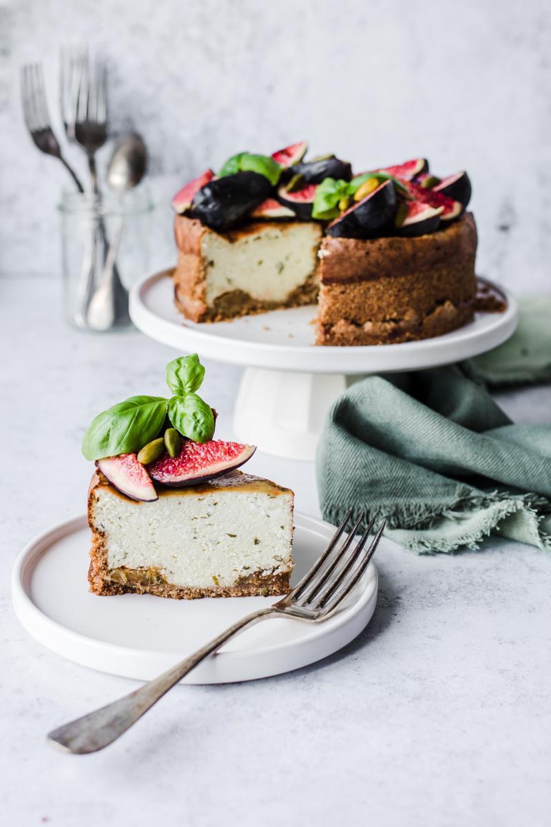 Fetta di cheesecake salato al basilico e fichi su alzatina