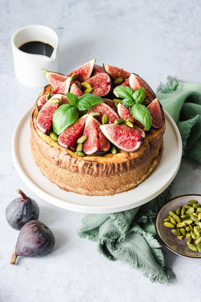 Cheesecake salata al gorgonzola decorata con fichi basilico e pistacchio