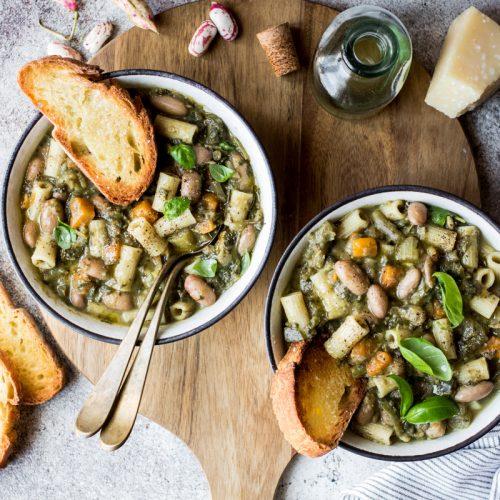 due ciotole con minestrone di verdure e pasta con crostini