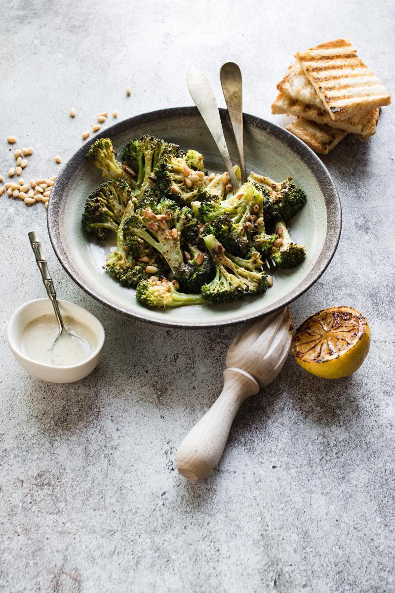 Ciotola con broccoli arrostiti ai pinoli e ciotolina con salsa caesar