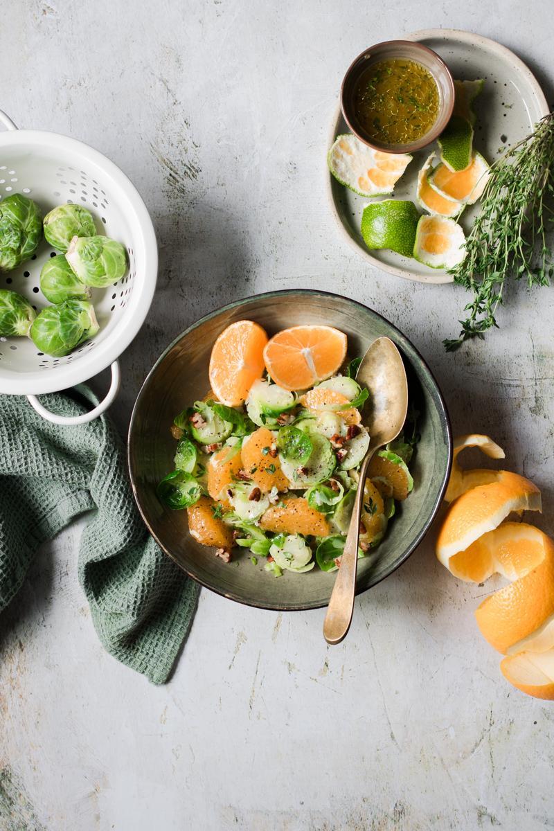 Ciotola con cavoletti di bruxelles in insalata con mikado e timo