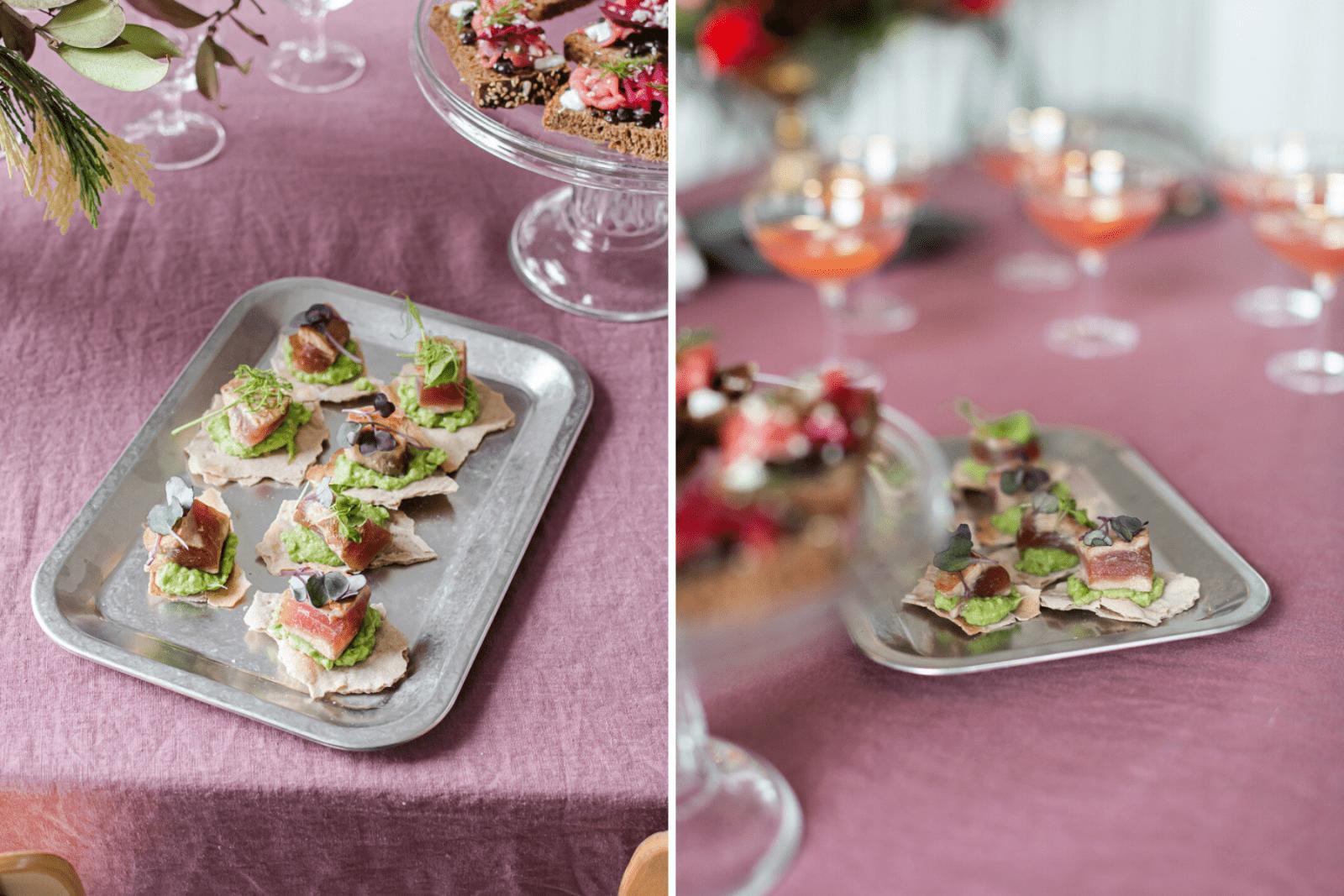 vassoio argentato opaco con crackers di segale con salmone e germogli
