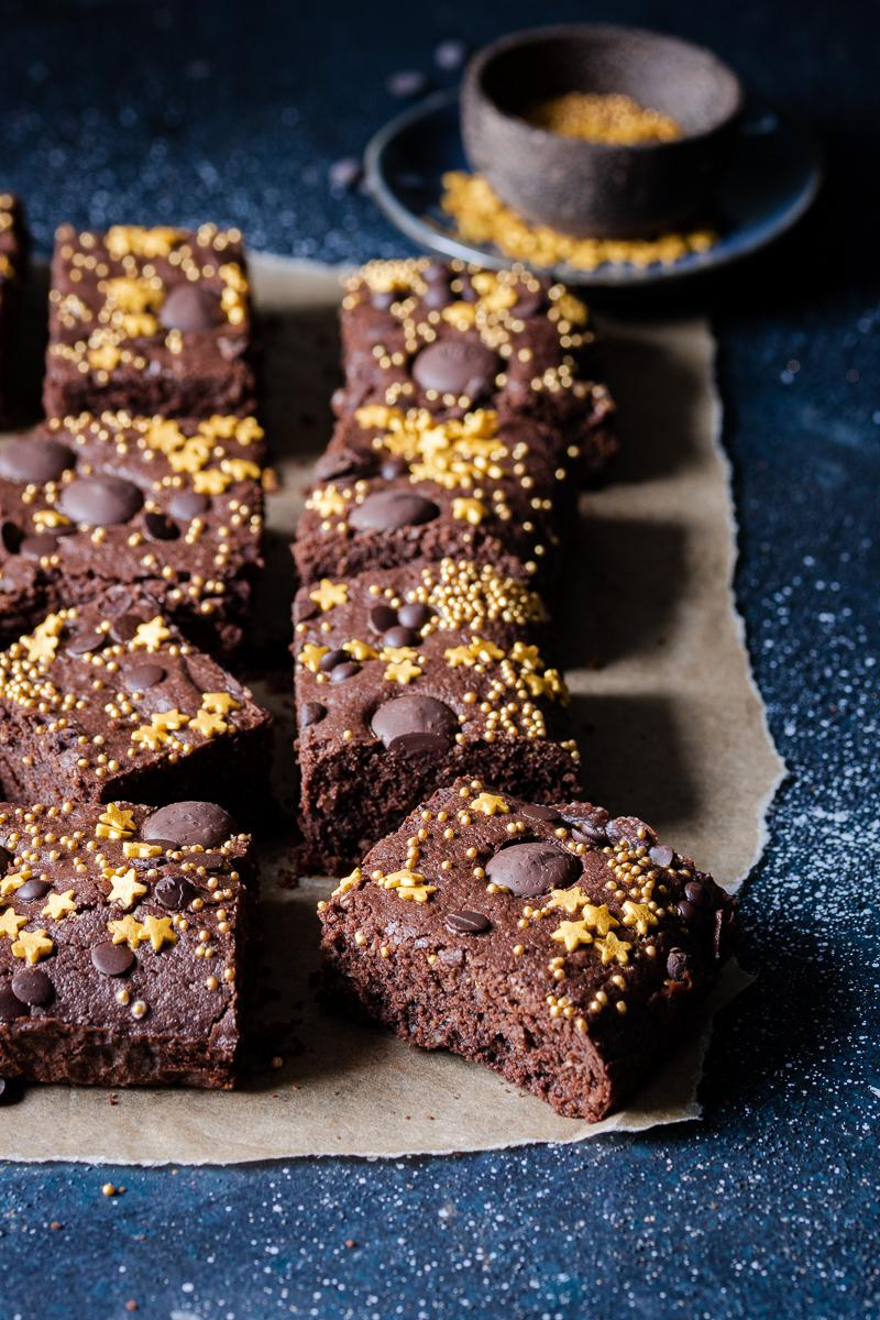 quadrati di brownie senza glutine e senza lattosio con stelline dorate come decorazione