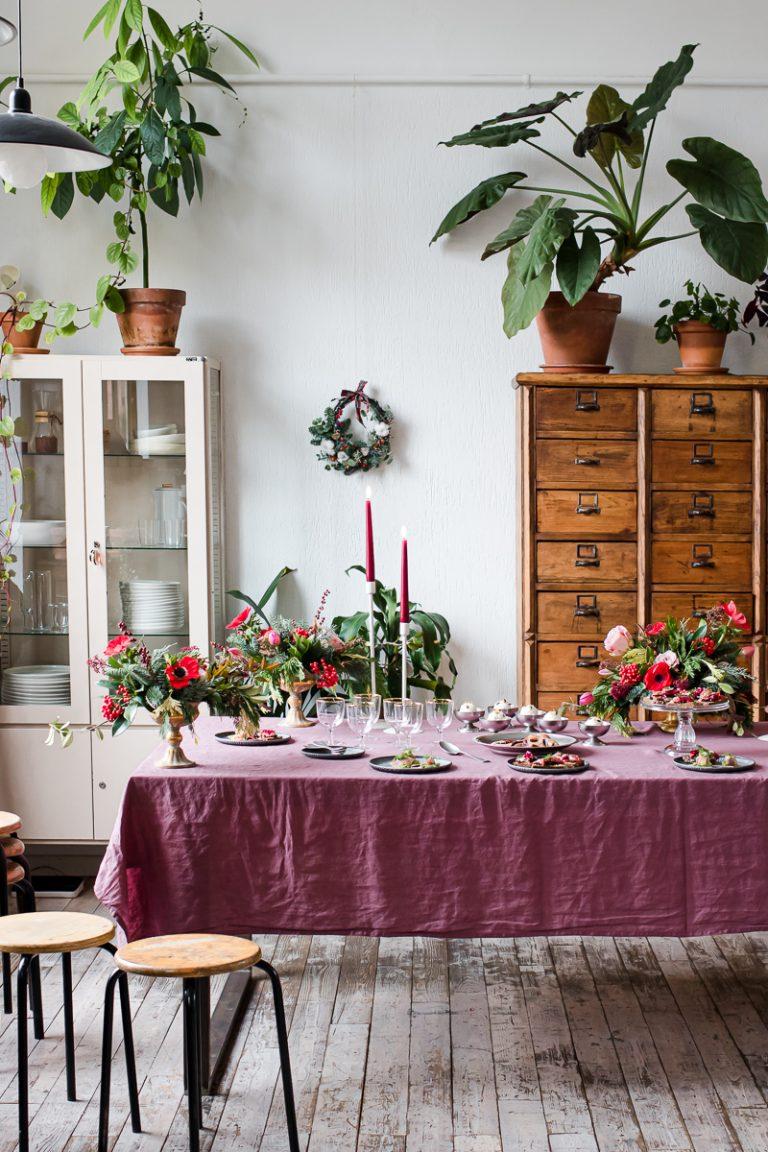 avolata da fusillo lab con candele, fiori natalizi e stuzzichini per The cooks club inverno