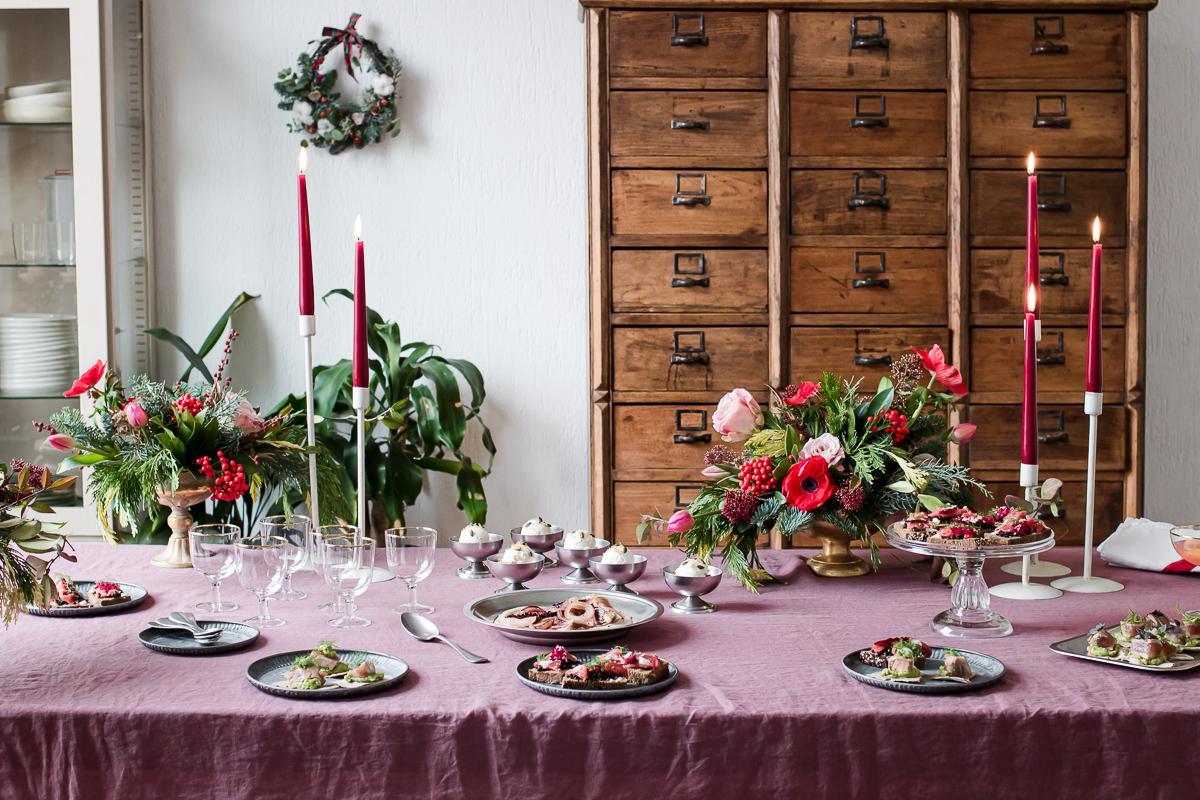 Tavolata da fusillo lab con candele, fiori natalizi e stuzzichini per The cooks club inverno