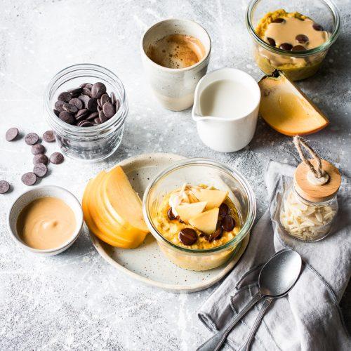 Tavola per la colazione con porridge alla zucca in vasocottura vegano
