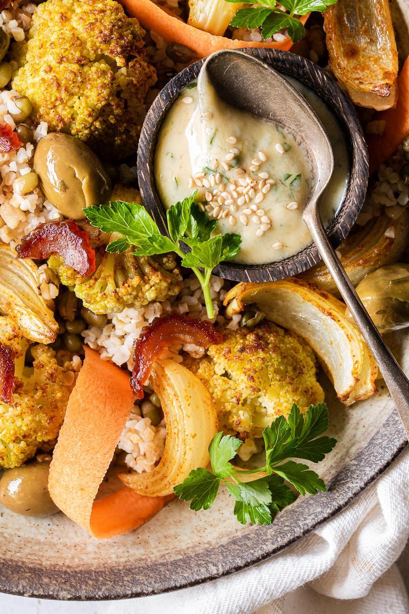 Insalata di cavolfiore arrosto con bulgur, fagioli, datteri e carote in dettaglio